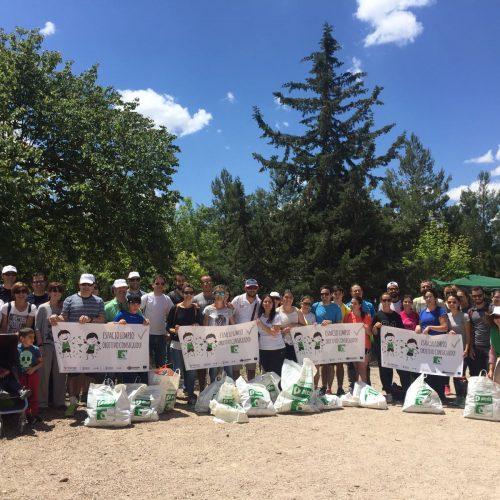 Un grup de voluntaris neteja el parc natural de la Serra de Mariola de residus