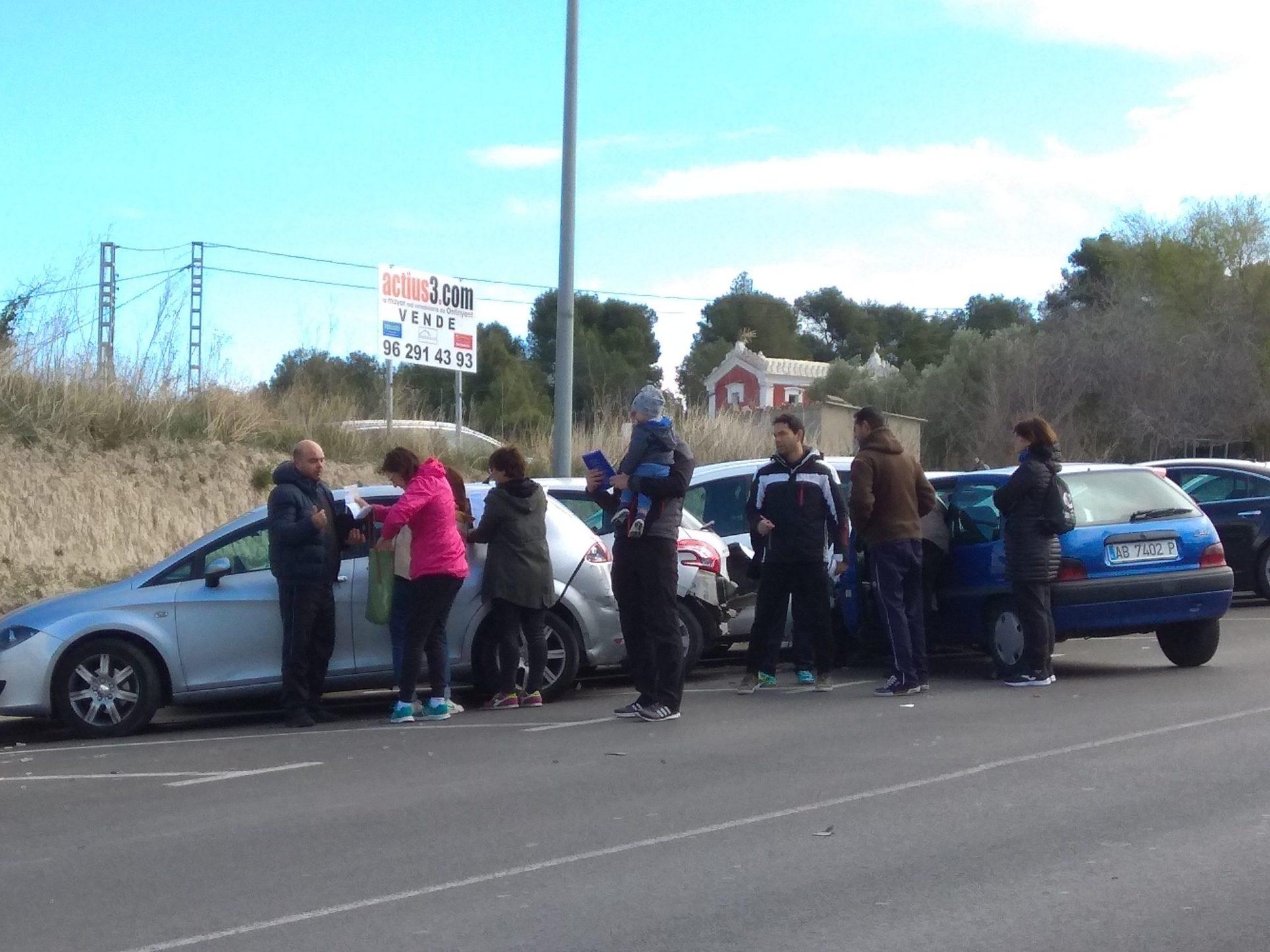 Diversos vehicles han quedat rascats front el Poliesportiu Municipal El Periòdic d'Ontinyent - Noticies a Ontinyent