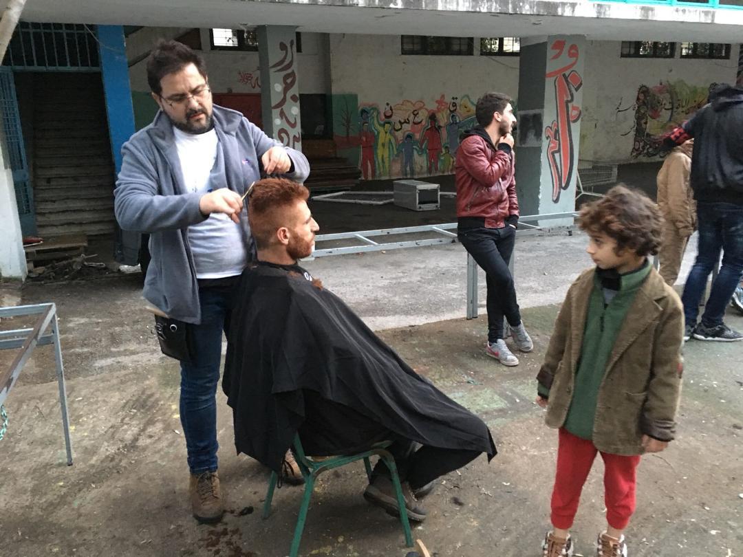 El perruquer ontinyentí Toni Ribera viatja a Atenes per treballar amb refugiats El Periòdic d'Ontinyent