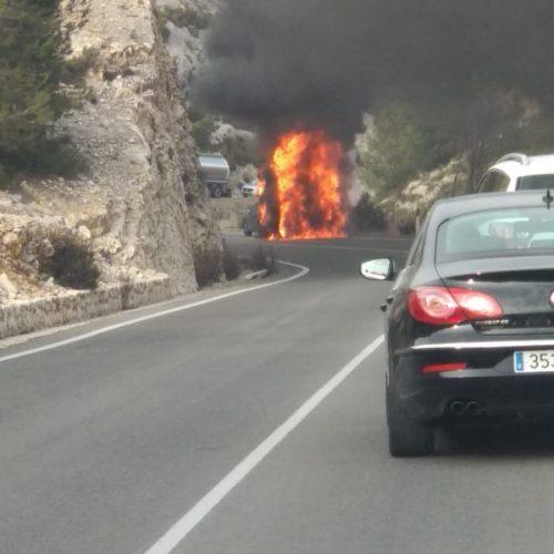 S'incendia una autocaravana al Port de Bocairent