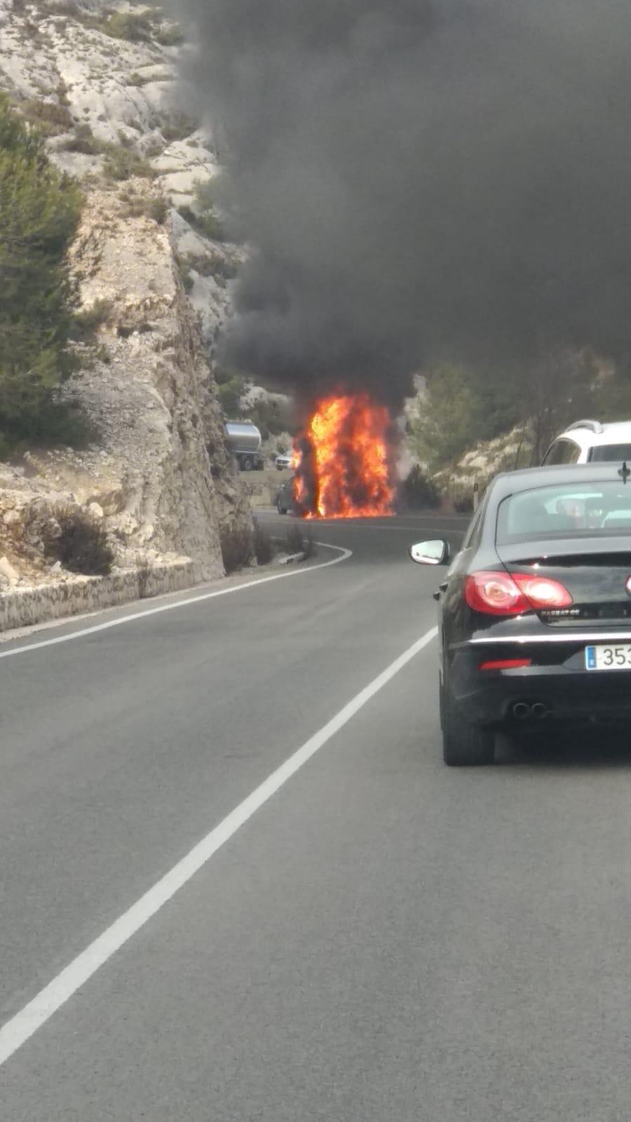 S'incendia una autocaravana al Port de Bocairent El Periòdic d'Ontinyent