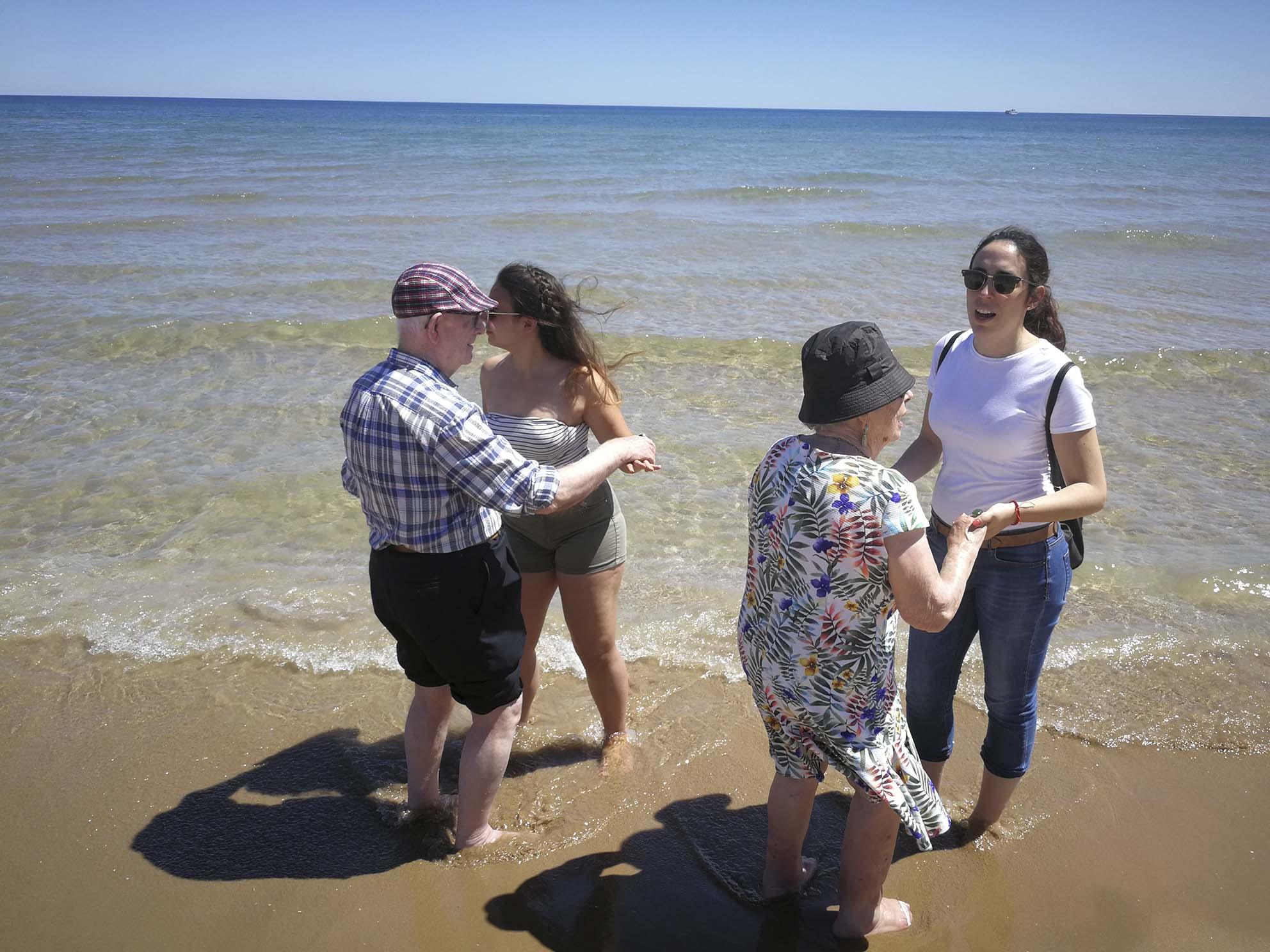 Un dia de platja per als usuaris de la Beneficència El Periòdic d'Ontinyent
