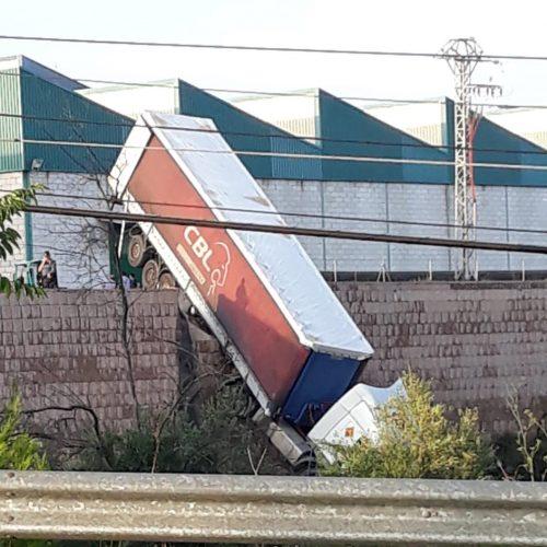 Impactant caiguda d'un camió a una empresa d'Agullent