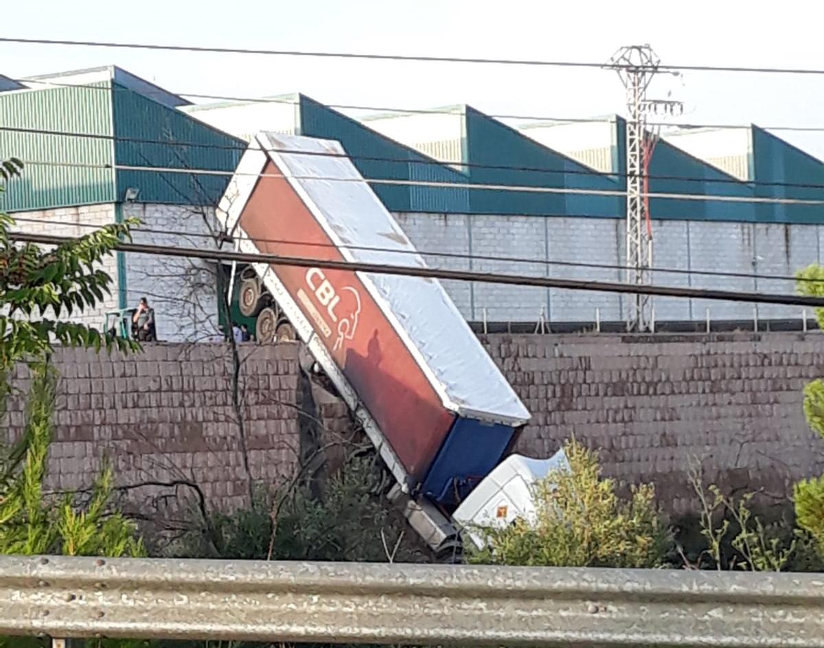 Impactant caiguda d'un camió a una empresa d'Agullent El Periòdic d'Ontinyent