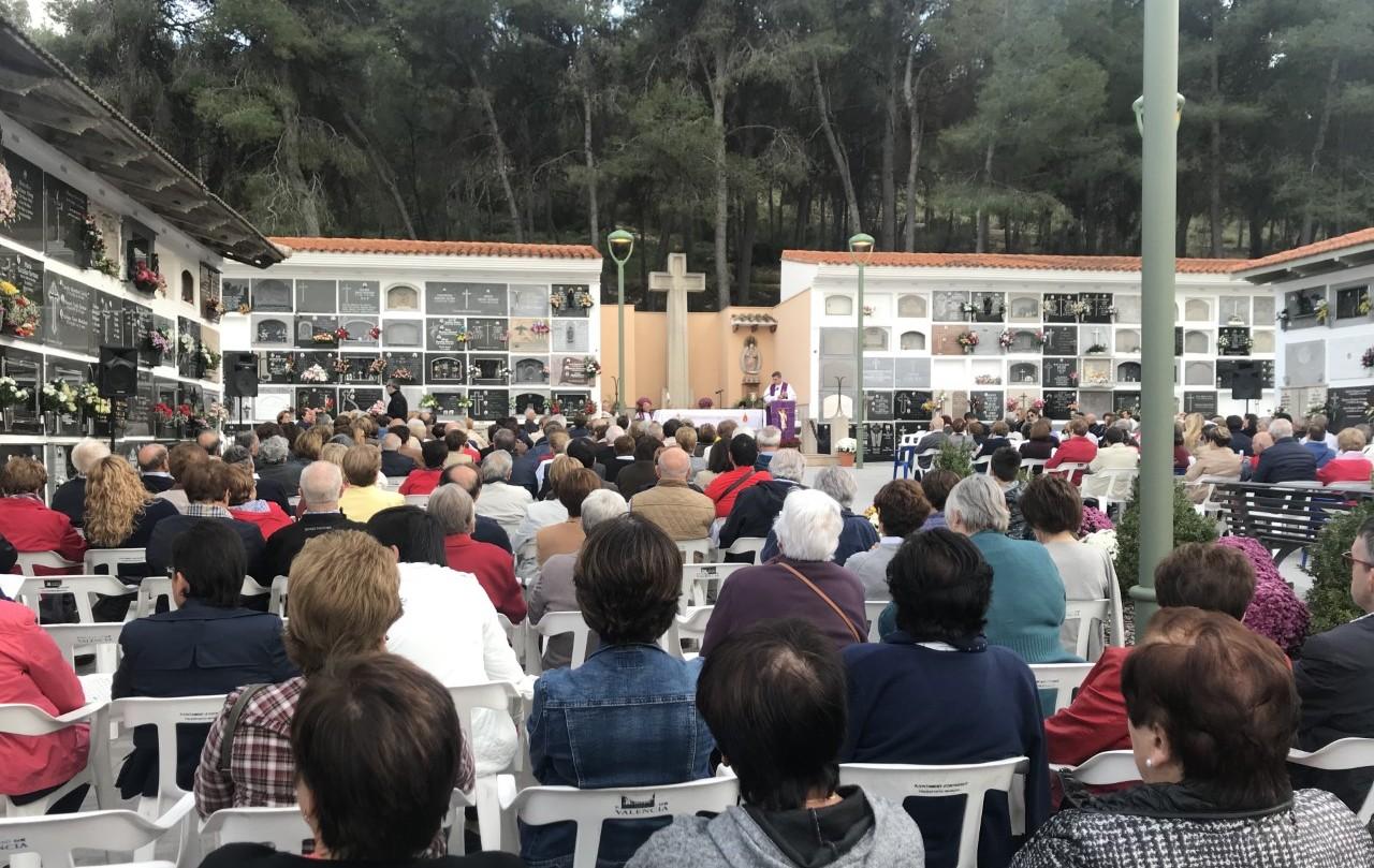 El pati del cementeri s'ompli per a la Missa de Difunts El Periòdic d'Ontinyent