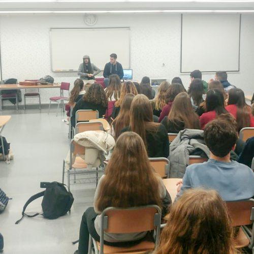 Auxili comparteix les seues experiències amb l'alumnat del Jaume I