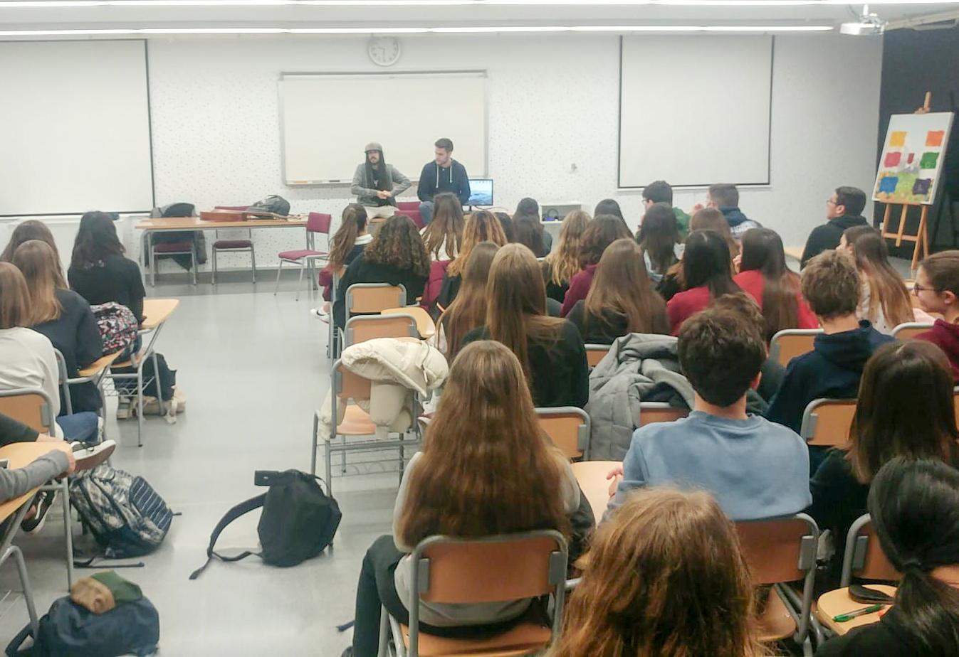 Auxili comparteix les seues experiències amb l'alumnat del Jaume I El Periòdic d'Ontinyent