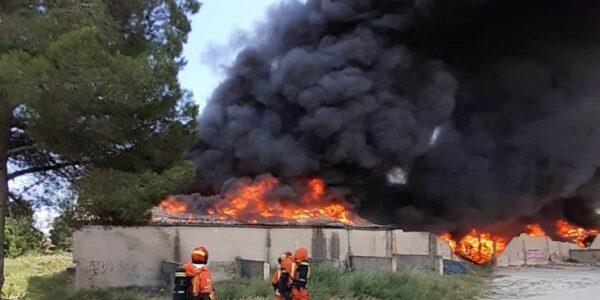 Espectacular incendi a un magatzem de l'Olleria