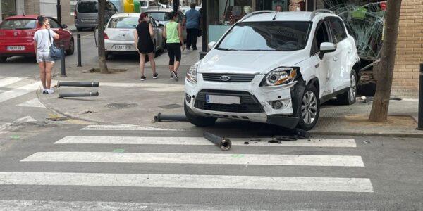 Un vehicle col·lisiona contra un aparador a Salvador Tormo