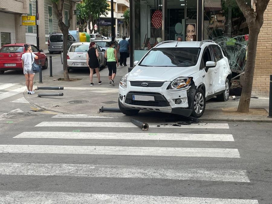 Un vehicle col·lisiona contra un aparador a Salvador Tormo El Periòdic d'Ontinyent - Noticies a Ontinyent