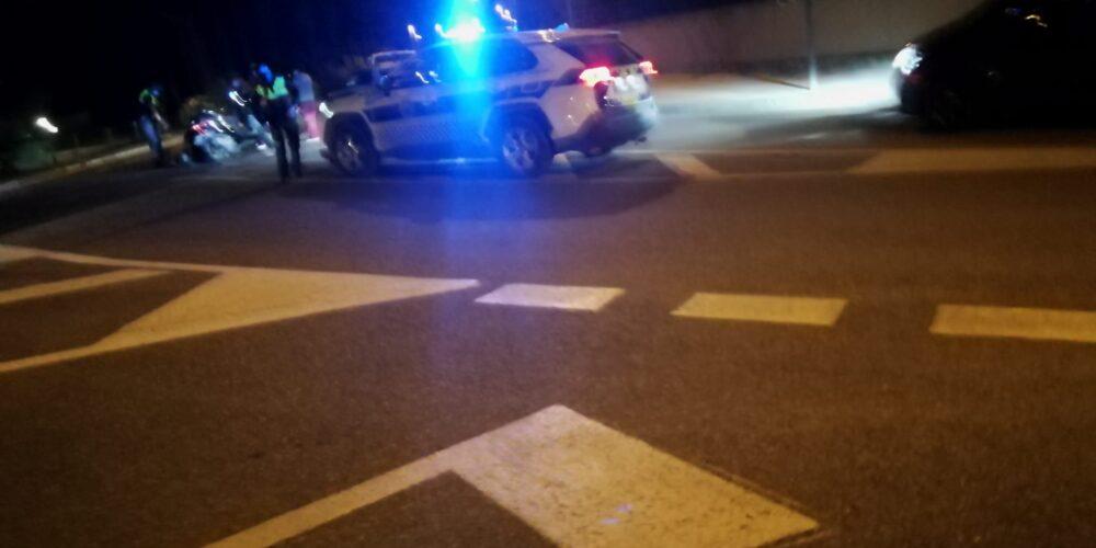 Un conductor de cotxe atropella i fereix al d'una motocicleta i es fuga
